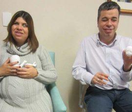 Mamãe com deficiência visual se emociona ao ganhar réplica 3D do filho